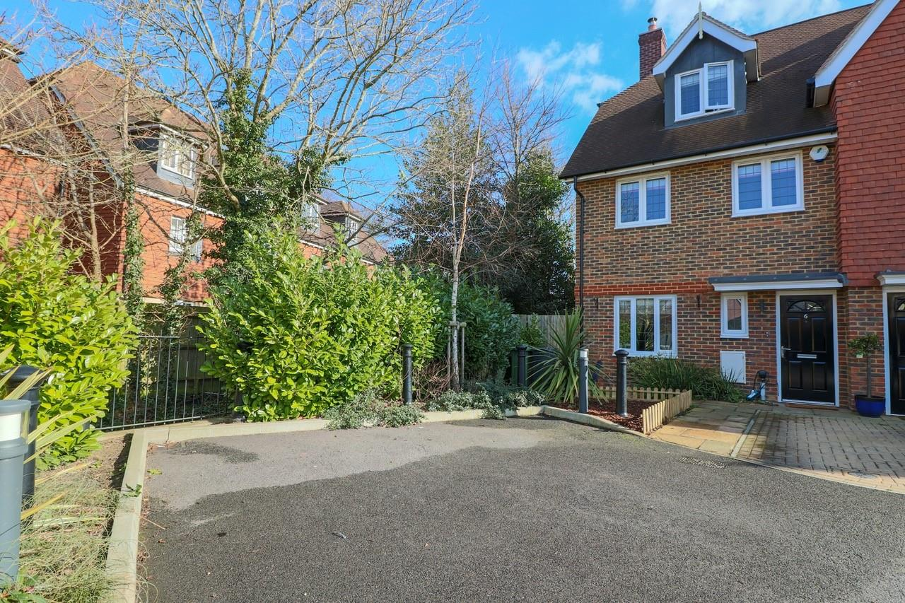 4 Bedrooms End Of Terrace House for sale in Jubilee Close, Horley